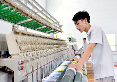 Sản xuất drap, nệm bông ép tại Công ty TNHH một thành viên Thế Linh (phường Tân Hiệp, TP.Biên Hòa)