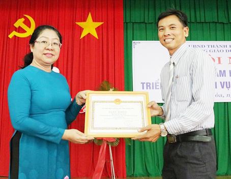 Ông Nguyễn Ngọc Tuấn được lãnh đạo Sở GD-ĐT khen thưởng về đóng góp cho phong trào học tập cộng đồng.