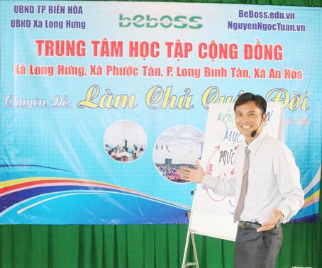 Ông Nguyễn Ngọc Tuấn chia sẻ kinh nghiệm khởi nghiệp cho thanh niên các xã, phường.