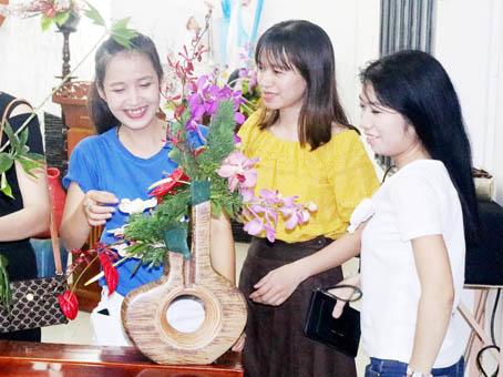 Học viên thực hành trong lớp cắm hoa do Trung tâm học tập cộng đồng phường Tân Biên mở.