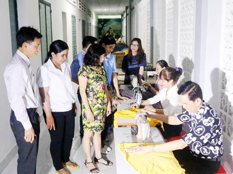 Khách tham quan lớp học may ở Trung tâm học tập cộng đồng phường Tân Biên.