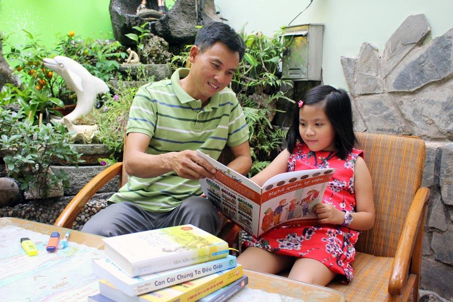 Anh Nguyễn Ngọc Tuấn cùng con gái Nam Phương đọc và trao đổi về sách