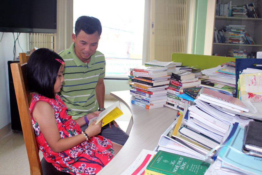 Anh Tuấn nói rằng, điều anh hạnh phúc nhất là mỗi ngày được trò chuyện và đọc sách cùng con