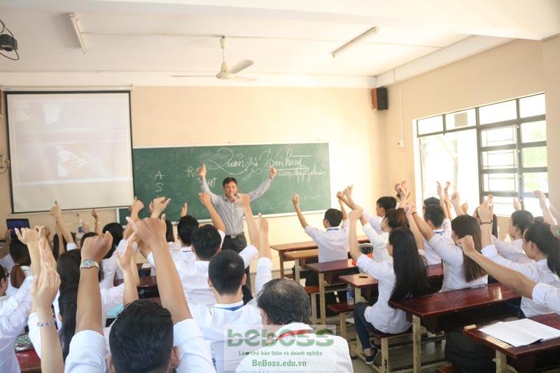 Anh Nguyễn Ngọc Tuấn trong một buổi chia sẻ khởi nghiẹp tại ĐH Lạc Hồng