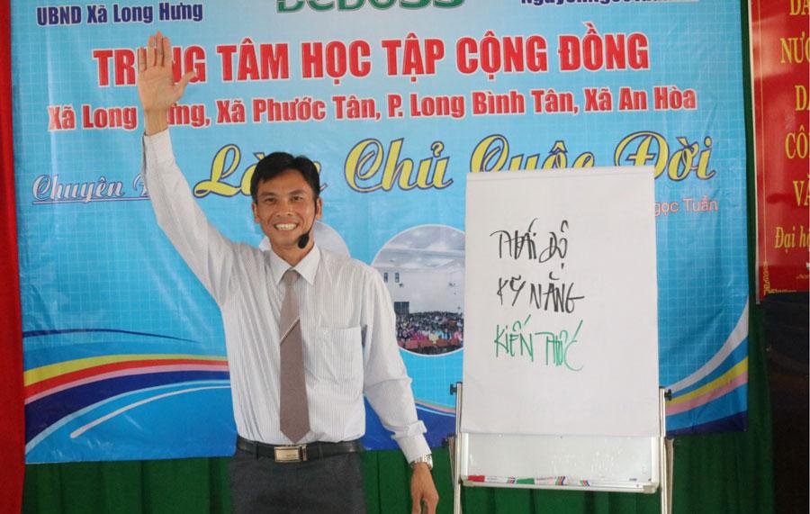 Anh Nguyễn Ngọc Tuấn tại một buổi chia sẻ kinh nghiệm kiến thức khởi nghiệp.