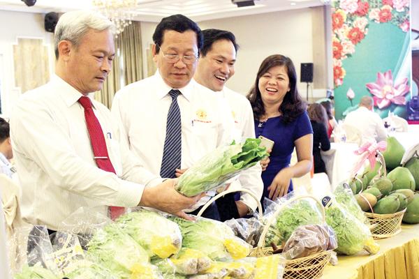 Bí thư Tỉnh ủy Nguyễn Phú Cường thăm gian hàng trưng bày sản phẩm nông nghiệp của DN Đồng Nai tại hội nghị vể Khởi nghiệp do Hội Doanh nhân trẻ Đồng Nai tổ chức (ảnh: tư liệu)