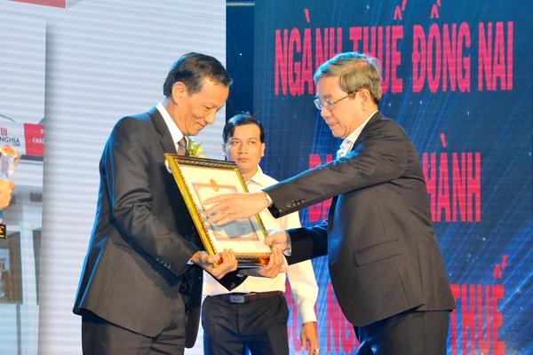 Phó chủ tịch UBND tỉnh Nguyễn Quốc Hùng tặng Bằng khen của UBND tỉnh cho doanh nghiệp