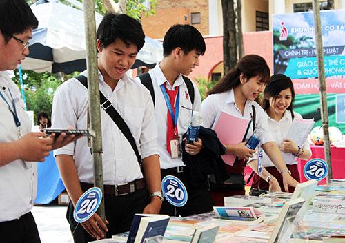 Các sinh viên tham quan gian hàng sách