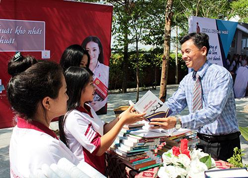 Doanh nhân Nguyễn Ngọc Tuấn trao tặng sách cho sinh viên