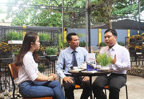 """Tác giả Nguyễn Ngọc Tuấn (ở giữa) - Nguyễn Nam Hải (bên phải) chia sẻ về """"Chiến lược làm chủ doanh nghiệp"""""""